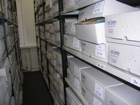 Blick in ein Archivmagazin, wo Akten in säurefreien Kartons gelagert werden