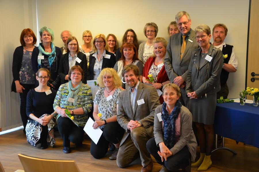 Hintere Reihe von links nach rechts: Wilma Johns (Grund- und Gemeinschaftsschule (GGS) Büchen), Alwin Arndt (GGS Schwarzenbek), Gudrun Bertram (GGS Büchen), Maike Bruhn (GGS Büchen), Corinna Dohrmann (Grundschule (GS) Müssen), Sabine Heymann (GS Müssen), Silke Mauch (GGS Schwarzenbek), Peter Kipcke (GGS Schwarzenbek) Mittlere Reihe von links nach rechts: Christin Hönemann (Kreis Herzogtum Lauenburg), Andrea Rieckhof (GGS an der Stecknitz Berkenthin-Krummesse), Dorothee Küchenmeister (GGS Schwarzenbek), Ilka Weyhe ( GS Nusse), Yvonne Weidemann (GS Nusse), Rüdiger Jung (Kreis Herzogtum Lauenburg), Dr. Gabriele Romig (Ministerium für Schule und Berufsbildung) Vordere Reihe von links nach rechts Joana Poloschek Serviceagentur »Ganztägig lernen« Schleswig Holstein, Ute Pokoiewski (GS Müssen), Sabrina Krajewski (GS Lütau), Michael Blanke (Kreis Herzogtum Lauenburg); Britta Vollertsen (Ministerium für Schule und Berufsbildung)