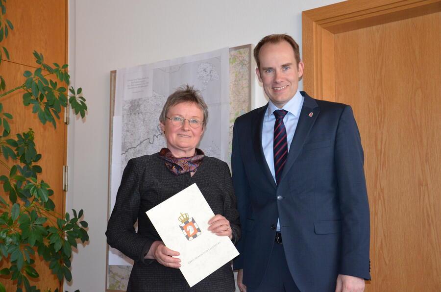 Frau Dittmer mit Landrat Dr. Mager
