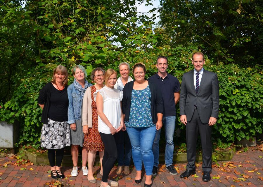 Das Team Pflegekinder und Adoption (v.l.n.r.): Frau Günther, Frau Hönemann, Frau Loimann, Frau Jancowski, Frau Sparding (Leiterin des Fachdienstes Soziale Dienste Regionalgruppe Nord), Frau Kyi, Herr Pehnack, Landrat Dr. Mager