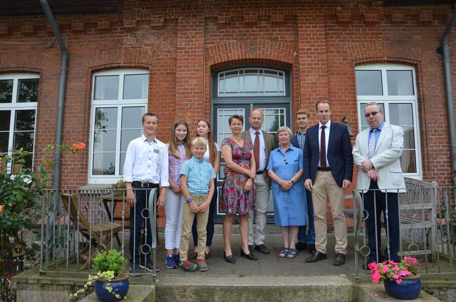 Familie Schulze mit Axel Schulze (Bildmitte), Landrat Dr. Christoph Mager und Markus Naths (Liegenschaften)