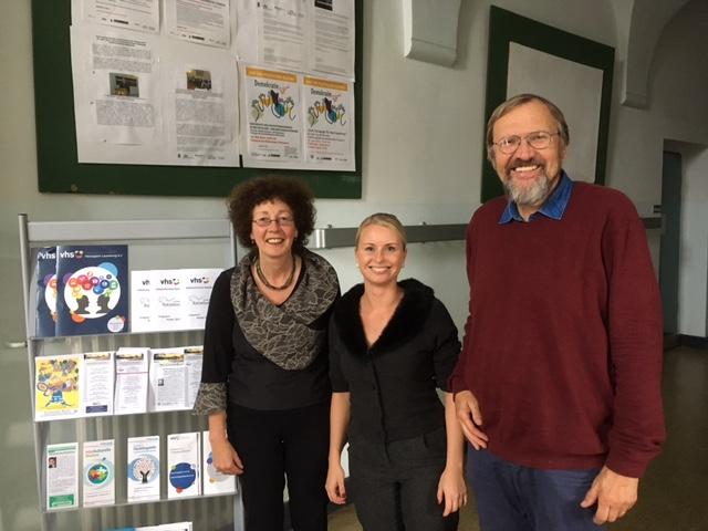 Das beigefügte Foto zeigt von links nach rechts: Gesa Häsler (Geschäftsführerin VHS Geesthacht), Nadine Cinar (Beratungsstelle für Integrationsmaßnahmen der Kreis-VHS), Holger Martens (Vorsitzender der Kreis-VHS)