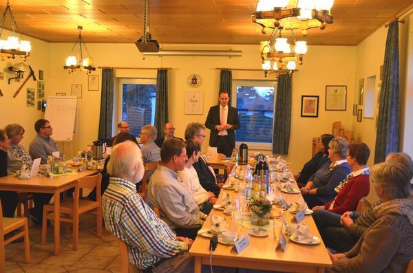 Landrat Christoph Mager bedankt sich bei Kaffee und Kuchen bei Förderverein und Gemeinde