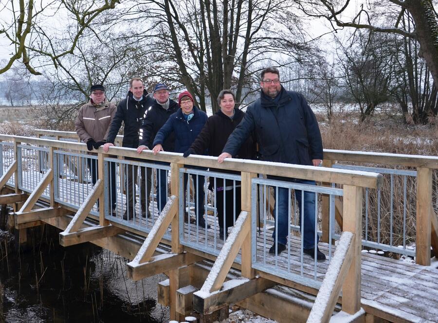 von links: Markus Nahts (Liegenschaftsverwaltung), Christoph Mager (Landrat), Markus Räth (Zimmerei Räth), Christel Happach-Kasan (Förderverein Stecknitzfahrt) , Swantje Meins (Ingenieurbüro BSK), Dennis Gabriel (Bürgermeister Witzeeze)